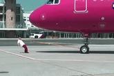 Dùng răng kéo... máy bay 50 tấn